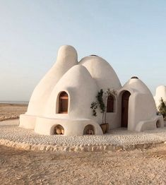 DIY home! Developed by Iranian-American architect Nader Khalili in the the Superadobe is easy (and inexpensive) to build—sandbags,… World Earth Day, Interior And Exterior, Interior Design, Modern Interior, Adobe House, Earth Homes, Earthship, Menorca, Home And Deco