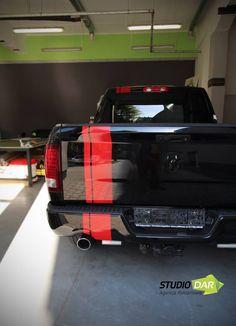 Czerwone pasy gotowe - #Dodge prezentuje się świetnie. Do przygotowania stylizacji wykorzystaliśmy Knifeless Technology Systems - taśmy tnące folie które nie uszkadzając lakieru. Pasy wykonaliśmy z foli #3M #vehiclewraps #vehiclewrap #carwrap #3m #wraps #customwrap #commercialvehiclewraps #design #customdesign #branding
