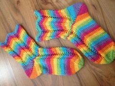 Neuloosi vaivaa neljässä sukupolvessa. Isomummi 96v, mummi 68v, minä 45v ja minun lapset 20, 18, 14 ja 10v. Puikot viuhuu! :) Knitting Socks, Knit Socks, Knitting Ideas, Rainbow Fashion, Yarn Crafts, Leg Warmers, Mittens, Knit Crochet, Slippers