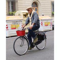 Always a style inspiration: the fiorentine bicycle guy!  #fiorentinebicycleguy #plazauomo #girodstil #menswear #menstyle #mensfashion #mensstyle #pittiuomo #pittiuomo90 #pitti #pitti90 #pu90 #florence #italy (på/i Florence, Italy)