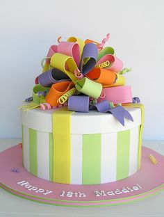 Present cake with fondant bow and streamers Gorgeous Cakes, Pretty Cakes, Cute Cakes, Amazing Cakes, Fondant Cakes, Cupcake Cakes, Bow Cakes, Fondant Bow, Decors Pate A Sucre