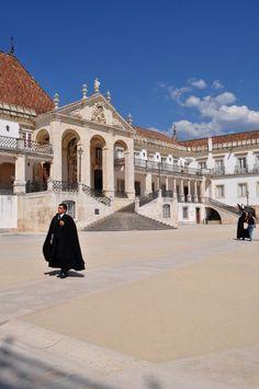 Universidade de Coimbra em Portugal e seus estudantes com as mais belas vestes