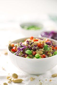 Esta ensalada de quinoa y edamame estilo asiático es una receta muy simple. Podéis hacer cambios y adaptar los ingredientes a lo que tengáis a mano.