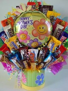 Learn how to make candy bouquets – Candy Bouquet Designs books. Start Candy Bouquet and Gift Basket Business or Do it for a hobby! Candy Boquets, Candy Bar Bouquet, Gift Bouquet, Cake Bouquet, Candy Gift Baskets, Mother's Day Gift Baskets, Homemade Gifts, Diy Gifts, Unique Gifts