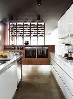 ilia estudio interiorismo: La cocina, estancia principal en el diseño interior de esta vivienda.