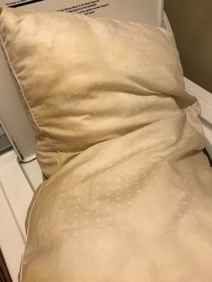 How To: Clean and Whiten Sweaty, Stinky Pillows – The Homelife of a Housewife Diy Home Cleaning, Household Cleaning Tips, Cleaning Recipes, House Cleaning Tips, Cleaning Hacks, Household Cleaners, Bedroom Cleaning, Cleaning Agent, Cleaning Checklist