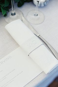 We love this all-white, clean & contemporary place setting showcasing typography.