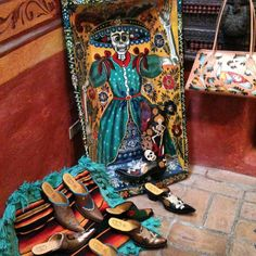 Just love the local art in San Miguel de Allende! Surrounded by Cock of the Walk Designs mules #galleriabuenavida #gallery #Paint #cotww #instafashion #instagood #styleinspiration #fashion #shoelover #boots #style #styleguide #styleicon