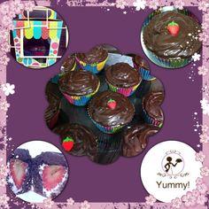 Cupcake de chocolate recheado com morango e marshmelow,  cobertura ganache!