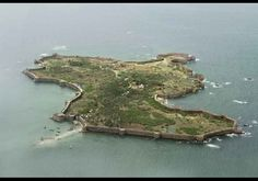 SINDHUDURG- Sindhudurg was built by Shivaji on an island near Goa off the Malabar Coast in 1656. It is one of the largest sea forts with perimeter wall of about 3.5 kms. In many places molten lead was used as mortar and its structural strength speaks volumes about the engineering skills of the Marathas. Great Warriors, Great King, Freedom Fighters, India Travel, Countries Of The World, Incredible India, Goa, Places To Travel, The Incredibles
