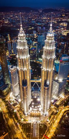 The Twin Towers in Kuala Lumpur, Malaysia. Building Photography, City Photography, Unusual Buildings, Amazing Buildings, Futuristic Architecture, Beautiful Architecture, Beautiful Places To Travel, Cool Places To Visit, Kuala Lampur
