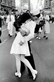 Kissing on VDay in New York Square