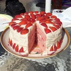 Learn how to cook/make Strawberries and Cream Cake. Recipe of Strawberries and Cream Cake with ingredients and cooking instruction. Köstliche Desserts, Delicious Desserts, Yummy Food, Food Cakes, Cupcake Cakes, Bolo Grande, Yummy Treats, Sweet Treats, Cake Recipes