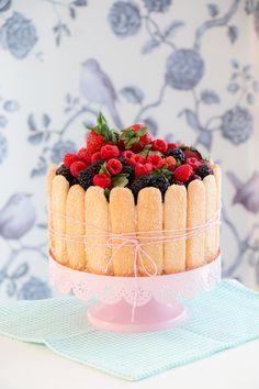 Charlotte de Frutas Vermelhas e Pétalas de Flores Cristalizadas | Vídeos e Receitas de Sobremesas