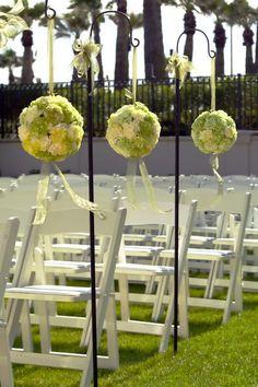 Romantische Blumendeko für eine Traumhochzeit im Freien.