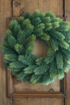 Simple is always best.....plain green wreath....so lovely, doesn't even need ribbon... D'accord avec ce commentaire