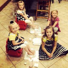 Johannah and Jennifer giving there little sisters pedicures! Duggar Sisters, Duggar Girls, Duggar Wedding, Derick Dillard, The Little Couple, 4 Kids, Children, Dugger Family, Bates Family