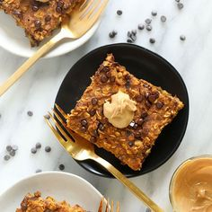 Pumpkin Baked Oatmeal topped with mini chocolate chips to answer all of your fall breakfast dreams! Bonus, this pumpkin breakfast is healthy too! Healthy Oatmeal Recipes, Healthy Peanut Butter, Oats Recipes, Pumpkin Recipes, Healthy Snacks, Cooking Recipes, Pumpkin Breakfast, Fall Breakfast, Breakfast Bites