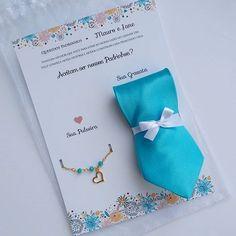 Apaixonada pelos convites para os padrinhos que fizemos para os noivos Thaís e Alexandre com gravata e pulseira nos tons de Tiffany. #casamento #casal #noiva #blogdecasamento #convitesdecasamento #dicasparanoivas #dicasparacasamento #padrinhosdecasamento #padrinhos #gravataspersonalizadas #gravata #noiva #noivos #casamentopersonalizado #casamentochic #tiffany #casamentotiffany #tiffany prince #decoracaotiffany
