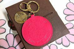 【おすすめ商品】 ローズポップカラーとゴールドのチャームが付いたキーリング。ピンクのチャームが約8cmと存在感抜群!使用感少なく、大変綺麗な品物です。 http://pawnfujii.floppy.jp/news/2017/04/louisvuitton.html