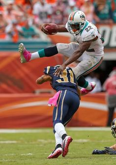 Acrobatic Reggie Bush -Miami Dolphins pictures