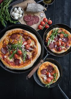Köstliche Pan Pizza mit ungarischer Pick Salami, Mozzarella, Rucola, Kirschtomaten, roten Zwiebeln u Neapolitanische Pizza, Pizza Salami, One Pot Vegetarian, Vegetarian Recipes, Bean Recipes, Snack Recipes, Snacks, Fried Hot Dogs, Red Beans Recipe