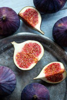 Fig halves, fruit sections Fresh Fruits And Vegetables, Fruit And Veg, Food Styling, Fig Fruit, Fruit Photography, Fig Tree, Belle Photo, Food Art, Food Inspiration