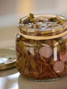 Τόπων γεύση: Τσιτσίραβλα, τσίπουρα και τροφοσυλλέκτες στην άκρη του Πηλίου Pickles, Cucumber, Blog, Canning, Blogging, Pickle, Zucchini, Pickling