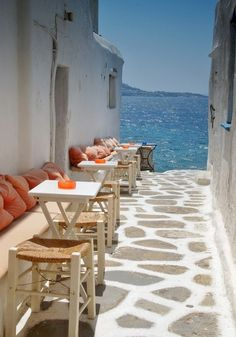 Seaside Cafe, Mykonos, Grecia foto via santorini Places Around The World, Oh The Places You'll Go, Places To Travel, Places To Visit, Travel Destinations, Dream Vacations, Vacation Spots, Seaside Cafe, Seaside Style
