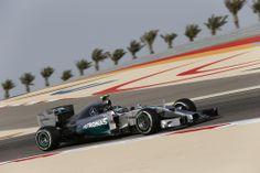 Nico Rosberg erzielte im Qualifying zum Großen Preis von Bahrain die Pole Position. Sein Teamkollege Lewis Hamilton startete ebenfalls aus Reihe eins.   Lewis Hamilton entschied aber den Großen Preis von Bahrain nach einem spannenden Zweikampf mit seinem Teamkollegen Nico Rosberg für sich. Mit dem zweiten Silberpfeil-Doppelsieg hintereinander baute das Team seine Führung in der Konstrukteurs-Weltmeisterschaft aus