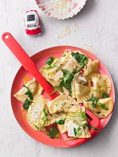 Ravioli, gefüllt mit Mozzarella, getrockneten Tomaten und Rucola