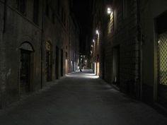 lopend in een donkere straat omdat ik mijn zusje zag