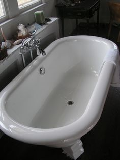 Big Claw Foot Tub, Bright, Clean And Smooth Finish.
