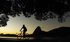 Ciclista pedala nas primeiras horas desta sexta-feira Thiago Lontra / Agência O Globo