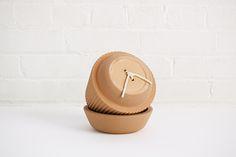 Pleated Dish, Vase & Planter, por estudio MSDS, serie de loza de barro Conjunto de recipientes plisados realizados a mano, para acompañar las diferentes etapas de crecimiento de una planta