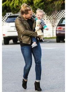 HILARY DUFF  LOOK DE STAR ROCK  La jeune maman et actrice est rayonnante.  Adoptez un look jeune et rock comme Hilary Duff et soyez une maman tendance.