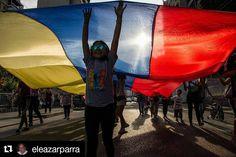 Foto de @eleazarparra Una bandera así de grande como el derecho de porteros por el medio de la calle #ccs #caracas #caracascamina  200/365 Paseo de la bandera en Los Palos Grandes. Fotografía @eleazarparra #largadistanciaphoto #rmtf #streetphotovenezuela