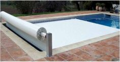 Cobertor de Seguridad Piscinas Lamas Cobertor de seguridad para piscinas, cumple con la normativa NFP90-308. Máxima seguridad con el fin de evitar la inmersión accidental de niños menores de 5 años. Peso máximo que resiste 100 Kg. Opción de enrollador manual o motorizado