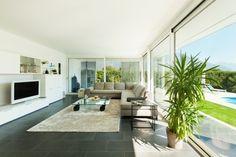 Modernes Wohnen Geräumiges Wohnzimmer Mit Beigem Teppich Und Glastisch