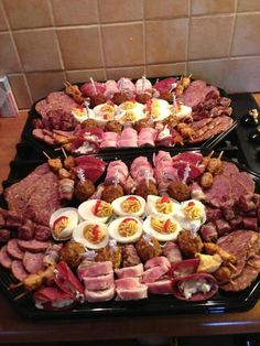 lekkere hapjes Football Party Foods, Party Finger Foods, Party Snacks, Appetizers For Party, Appetizer Recipes, Wine And Cheese Party, Christmas Party Food, Picnic Foods, Food Platters