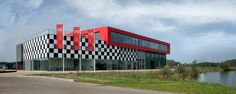 Drenthe Colllege, TT-Instituut. Het is een schoolgebouw, het ziet er uit als een zeer moderne auto- en motorgarage, gesitueerd op een bijzondere locatie: het TT-Instituut grenst namelijk aan het wereldberoemde TT Circuit van Assen. Prachtige praktijklokalen met hoogwaardige apparatuur. Geopend in 2014. Foto: Alfred Oosterman  (4675×1870)