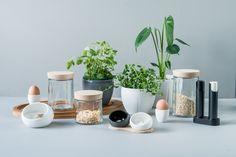 Hverdagen skal være lekker! Rosendahl har alltid vært dyktige å skape design av hverdagsgjenstander, og nå har de revitalisert Grand Cru-serien. Krukkene ble superfine med nytt eikelokk, og det har kommet lekre krukker til salt og pepper og urter i matt keramikk med glasert innside. Du finner utvalget i din Designforevig-butikk!