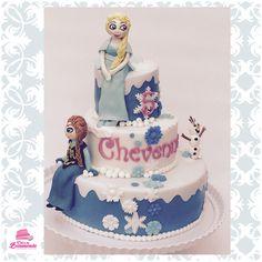Drielaags Frozen taart met hand geboetseerde Anna, Elsa en kleine Olaf.