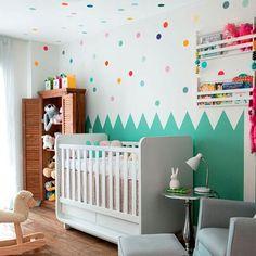Inspiração de quartinho infantil que vimos no instagram da @revistacasaclaudia . Adoramos esse estilo de quarto colorido e alegre. Venha conferir nossos produtos amanha das 10:00-18:30 ou pelo www.coisasdadoris.com.br #lojadecoracao #instadecor #quartodebebe #quadroinfantil #quartodecrianca #decoracaoinfantil #arquiteto #decorador