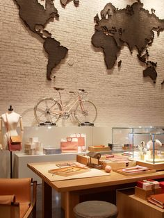 Interior de una tienda muy interesante la colocación de la bicicleta