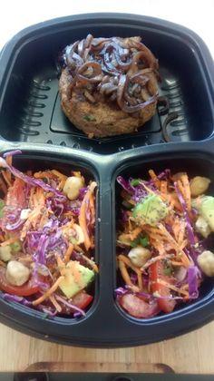 Yes Food Brasil - Linha SPA 380gr - Hamburguer de carne coberto com cebolas ao balsâmico, acompanhado de salada de legumes com grão-de-bico, abacate e chia.