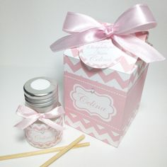 Lembrancinha para Maternidade | Cute Lembranças | 3A4F6A - Elo7 Baby Shower, Event Organization, Gift Baskets, Party Favors, Perfume Bottles, Gift Wrapping, Ideas Originales, Projects, Gifts