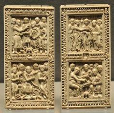 Ivoire, plaques de reliure du psautier de Dagulf, Ecole du Palais de Charlemagne, entre 783 et 795. A gauche: David ordonne la rédaction des psaumes et les chante. A droite: Jérôme reçoit l'ordre du pape de rédiger les psaumes, puis dicte le psautier.