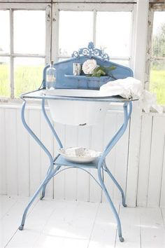 ❤(¯`★´¯)Shabby Chic(¯`★´¯)°❤ … Love this washstand! From Jeanne d' Arc Living ♥ by connie White Cottage, Shabby Cottage, Cottage Style, Baños Shabby Chic, Muebles Shabby Chic, Shaby Chic, Antique Wash Stand, Jeanne D'arc Living, Bleu Pale