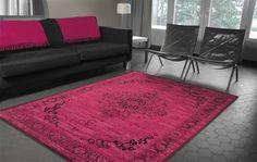 We hadden hem al als teaser op onze Facebook-pagina gezet, maar we blijven hem enorm gaaf vinden: de Heriz persian pink. Een oud, perzisch tapijt in een geheel nieuw en knalroze jasje. Stoer!